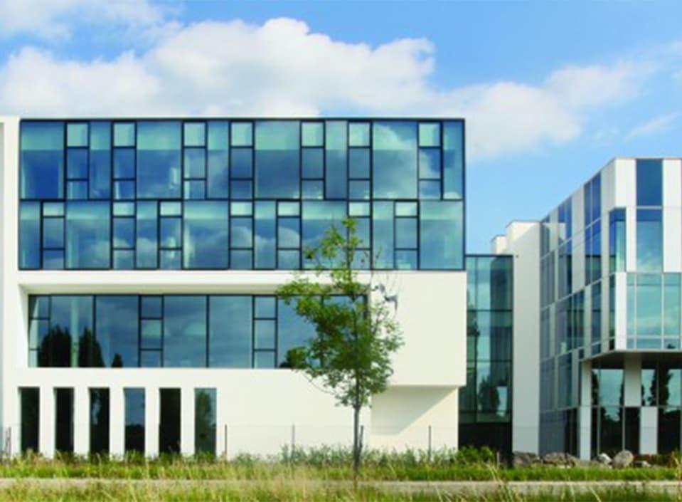 Muurafdeksystemen van Roval voor Reynaers Campus